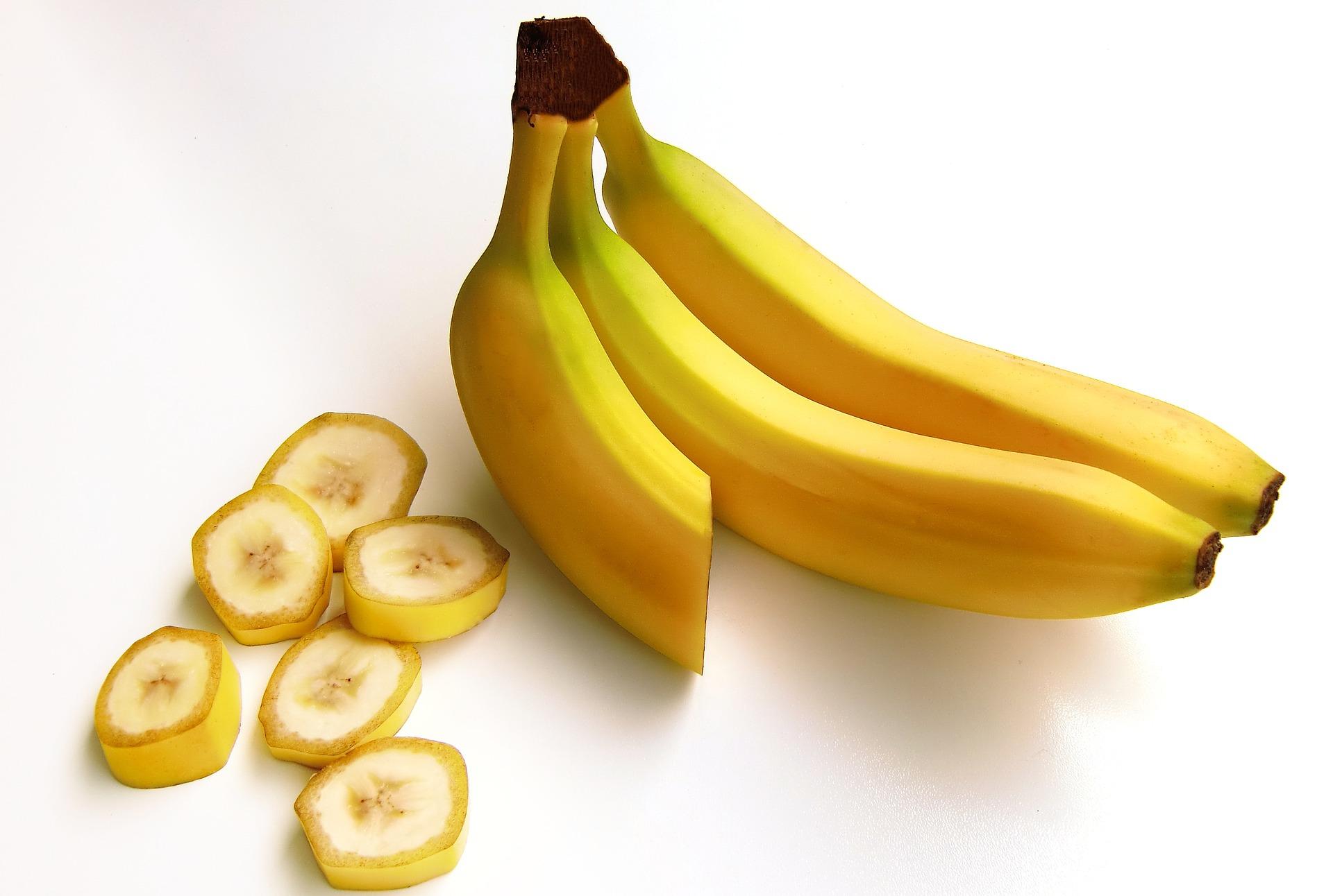 ماذا يحدث لجسمك عند أكل الموز قبل النوم